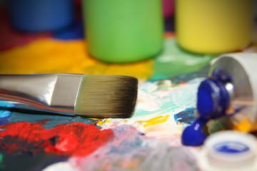 Acrylfarbe auf Palette mit Pinsel