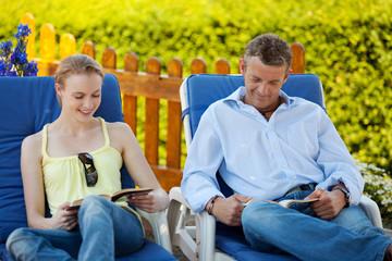junges paar entspannt beim lesen