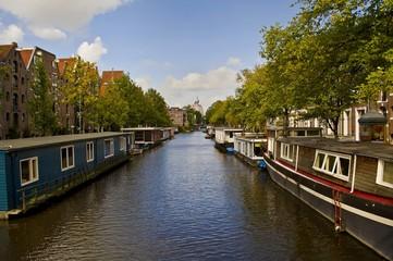 Barcos casas en el canal
