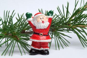 Jubelnder Weihnachtsmann mit Tannengrün