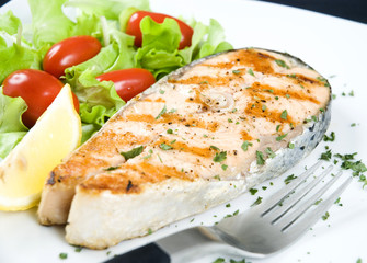 Grilled salmon fillet with fresh vegetables