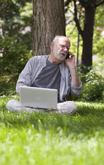 homme baby boomer énervé connecté au téléphone
