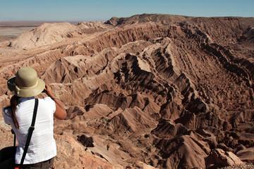turista che fa foto nel deserto di atacama
