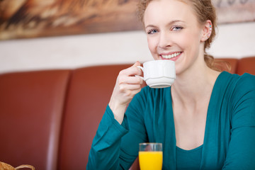 schöne frau trinkt kaffee