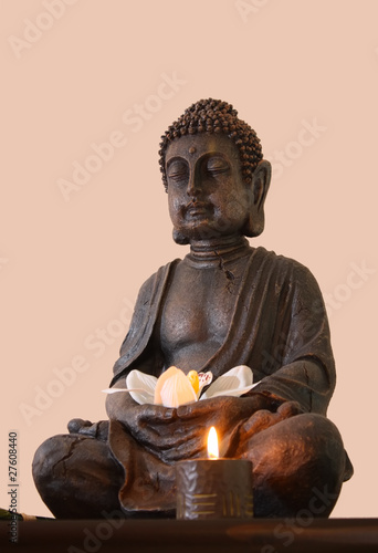 statue von buddha mit seerose und kerze stockfotos und lizenzfreie bilder auf. Black Bedroom Furniture Sets. Home Design Ideas