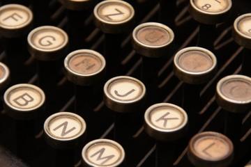 Tastatur einer antiken Schreibmaschine