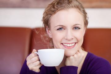 wunderschöne frau trinktheißen kaffee