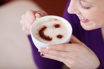 frau mit cappuccino