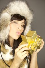 luxus geschenk goldenes paket frau
