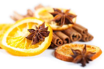 Sternanis, Zimtstangen und Orangen
