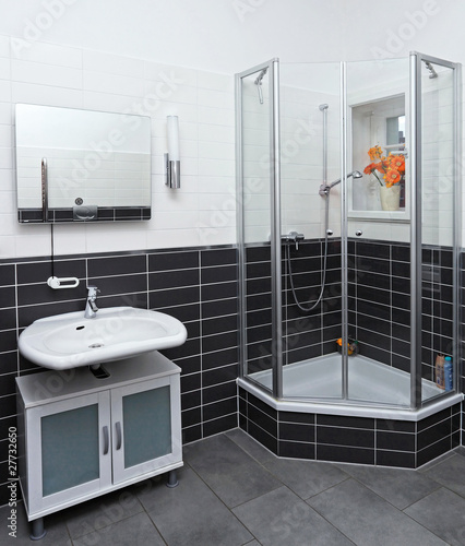 badezimmer mit dusche und waschbecken stockfotos und lizenzfreie bilder auf bild. Black Bedroom Furniture Sets. Home Design Ideas