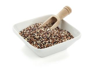 Quinoa Samen in Schüssel mit Holzschaufel, isoliert
