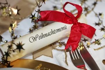 Edel gedeckter Weihnachtstisch