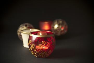 candele con palle di natale su sfondo nero