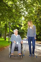 Frau im Rollstuhl und Frau auf Krücken