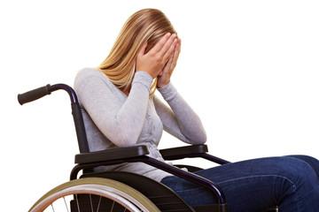 Frau im Rollstuhl weint