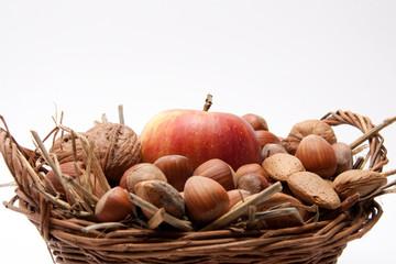 Apfel im Korb vor weissem Hintergrund