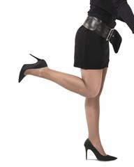 gambe sexy di giovane donna in piedi con gamba sollevata