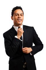 Geschäftsmann beim richten der Krawatte
