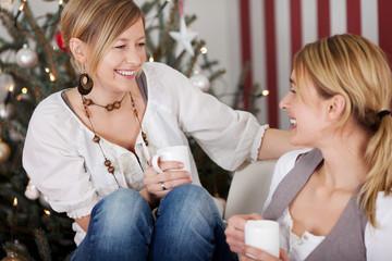 zwei freundinnen freuen sich auf´s christkind