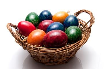 farbige Eier im Korb