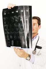 Arzt mit Tomografie