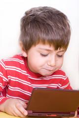 bambino gioca al computer