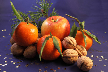 Weihnachtliche Dekoration mit Obst