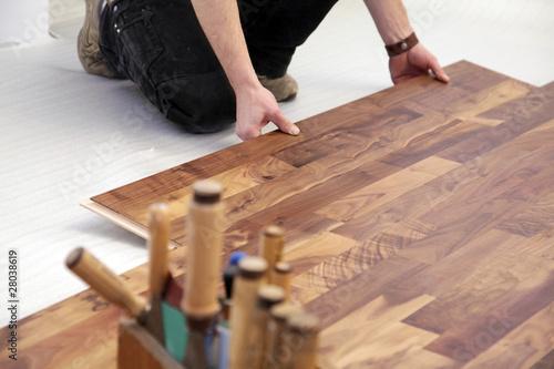 schreiner verlegt parkett 2 stockfotos und lizenzfreie. Black Bedroom Furniture Sets. Home Design Ideas