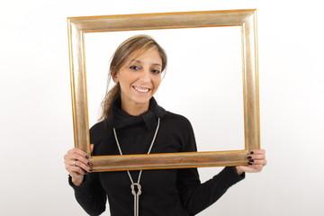 Eine wunderschöne lachende Frau mit einem Bilderrahmen