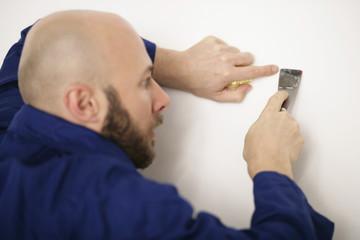 Maler mit Spachtel