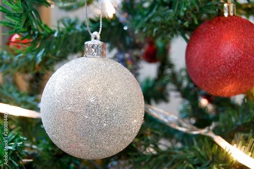 boule de no l blanche suspendue une branche de sapin
