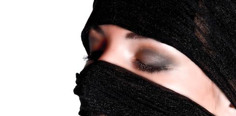 femme voilée aux yeux fermés