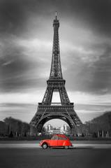 Wieża Eiffla i czerwony samochód - Paryż