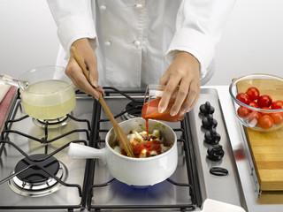 ajouter la sauce tomate sur la soupe de la mer