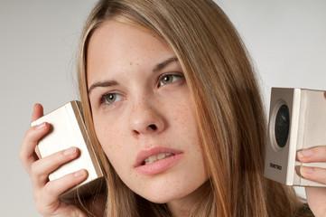 Frau mit Lautsprechern