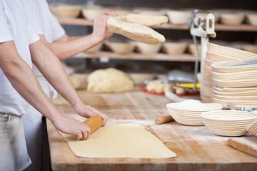 bäcker bearbeiten teig