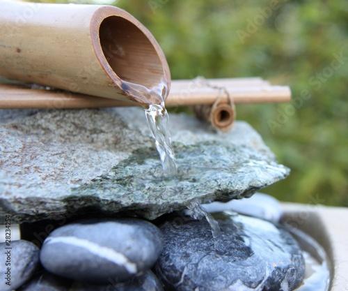 Fontaine en bambou zen photo libre de droits sur la for Fontaine zen exterieure bambou