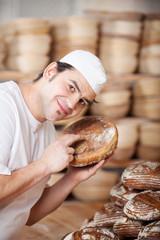 bäcker prüft das frische brot