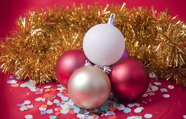 Adornos de navidad sobre fondo rojo