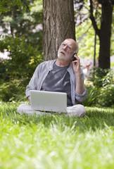 retraite active d'homme sénior mécontent connecté