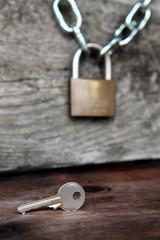 lucchetto con catena e chiave