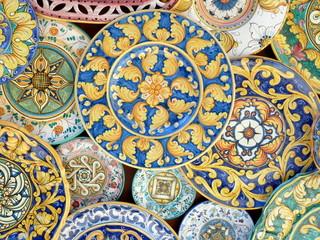 piatti decorati di ceramica