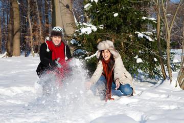 spaß im schnee im wald