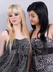 deux femmes blondes et brunes - mode