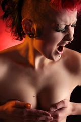 Schreiende Frau mit Nasenring und Piercing