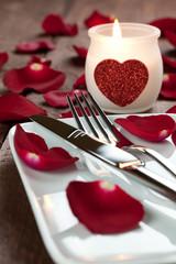 gedeckter Tisch mit Kerze