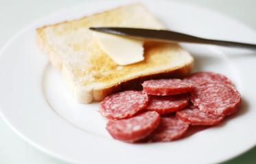 Salami Teller und Toastbrotscheibe