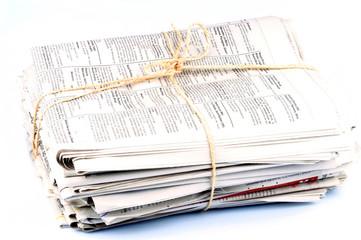 Un paquet de journaux ficelés