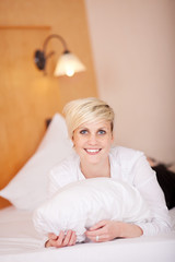 blonde frau im hotelzimmer